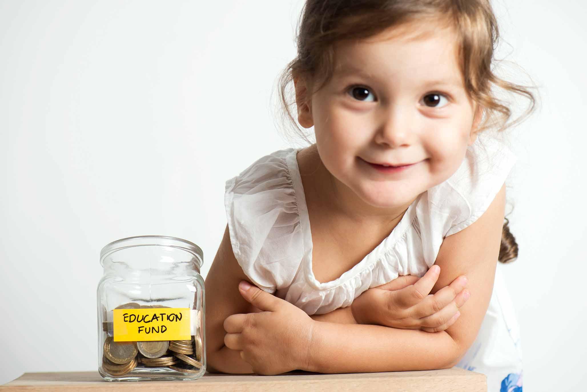अपने बच्चे के भविष्य के शिक्षा खर्चों की योजना कैसे बनाएं? | A guide to financing your child education plans through various life stages | Aviva India Blog